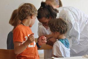 Kinder mit Pfarrerin