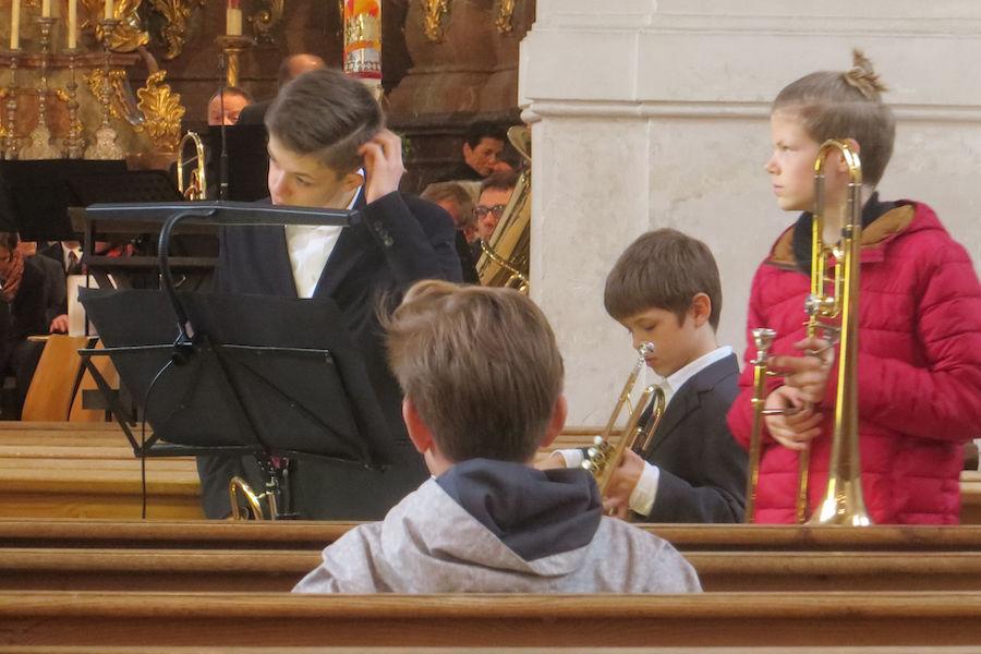 Kinder in der Kirche beim Posaune Üben