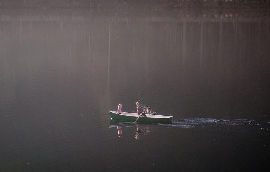 2 Kinder in einem Ruderboot